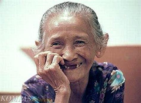 tertawa  efektif kurangi risiko pikun simomot