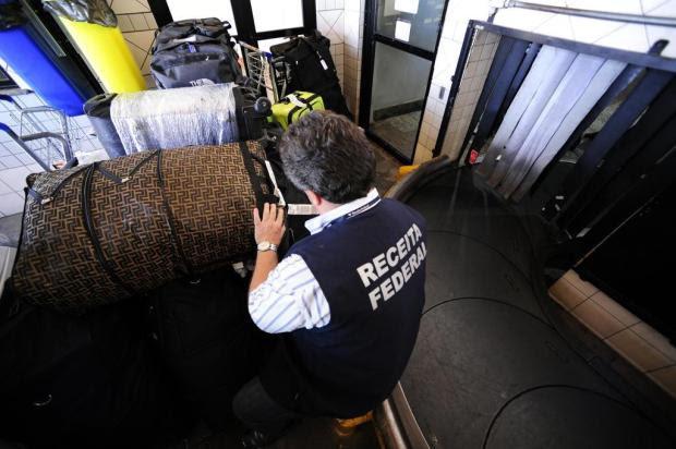 Receita Federal aplica R$ 10 mil em multas em fiscalização no aeroporto Salgado Filho Ronaldo Bernardi/Agencia RBS