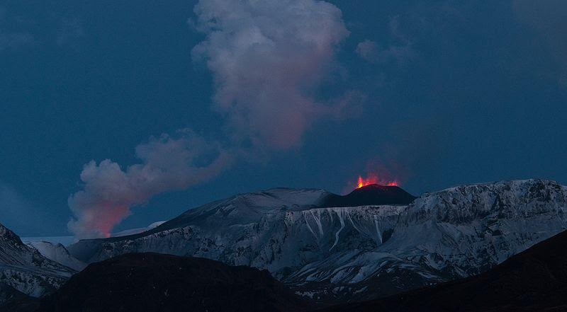 File:Eyjafjallajökull eruption Fimmvörðuháls  crater 20100325.jpg