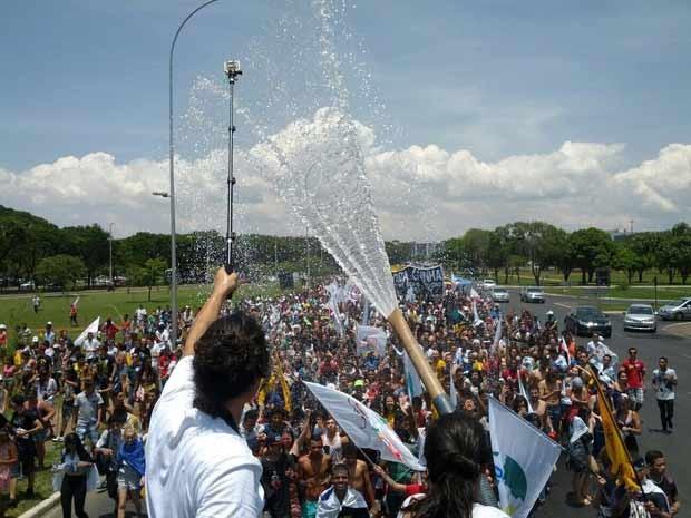 Caminhão-pipa é usado para aliviar calor durante passeata de estudantes em Brasília (Foto: Jéssica Nascimento/G1)