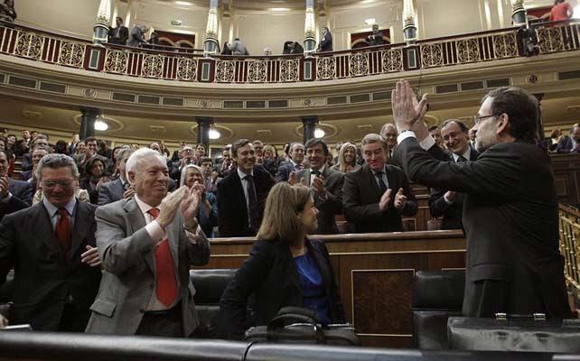 Mariano Rajoy agradece el aplauso de los diputados del PP y de los miembros de su Gobierno.