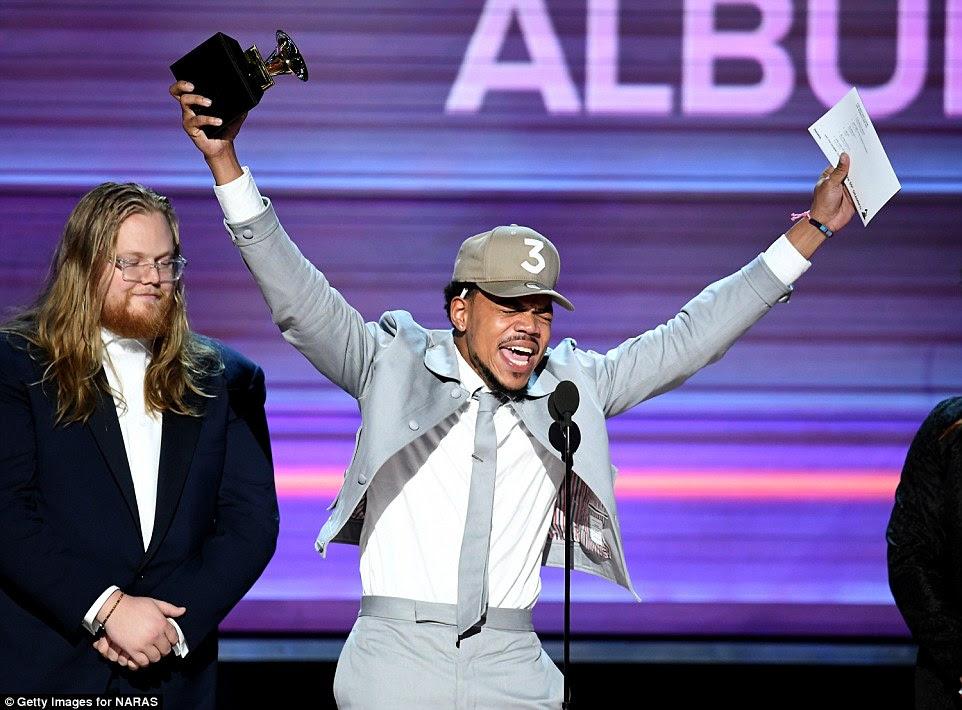 Sem problemas!  Foi uma noite enorme para o hitmaker Same Drugs como ele ganhou o Melhor Álbum de Rap e dedicou a vitória a todos os artistas indie