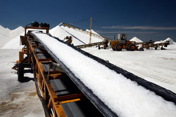 A produção de sal subiu com a seca, permitindo a estocagem e a comercialização do excedente