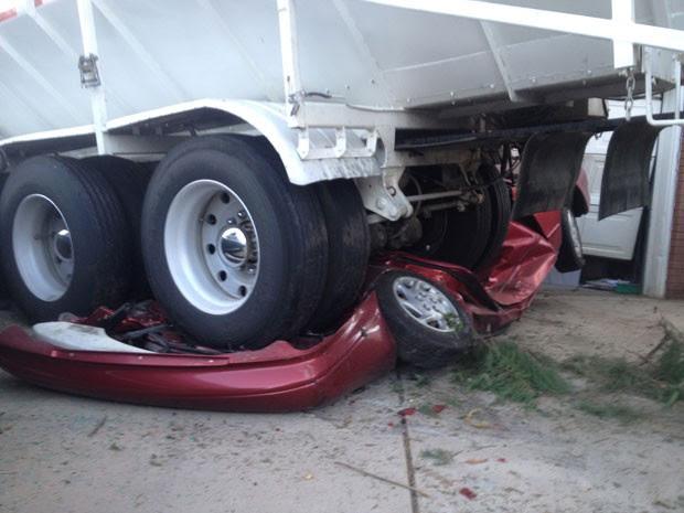 Carro foi esmagado por um caminhão carregado com 45 toneladas de areia (Foto: South Davis Metro Fire Agency/AP)