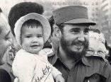 16 de abril. Fidel carga a una niña de 16 meses en el Meridian Hill Park, muy cerca de la Embajada cubana. Foto: Revolución