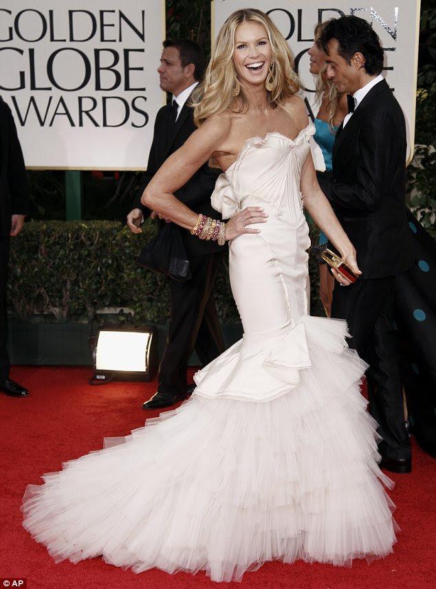 Ela ainda está no corpo: Elle Macpherson usou um vestido sem alças, com dramática trem fishtail em camadas