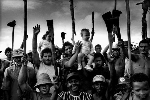 http://www.danilodemarco.it/website/wp-content/uploads/01-brasile-assemblea-sem-terra.thumbnail.jpg