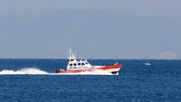 Barco italiano da agência europeia de fronteiras Frontex auxilia Guarda costeira grega nas buscas após barco com migrantes afundar perto da ilha grega de Samos (Foto: Michael Svarnias/AP)