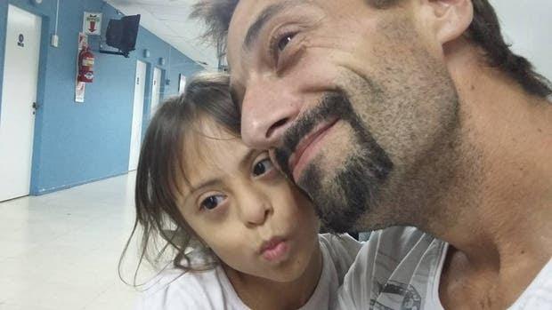 Maximiliano junto a una de sus hijas