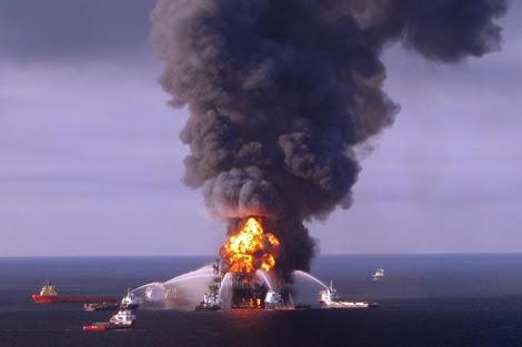 Incendio en la plataforma de BP en abril de 2010. | AFP