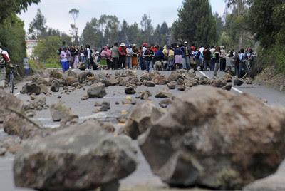 Indígenas ecuatorianos ponen piedras en una carretera
