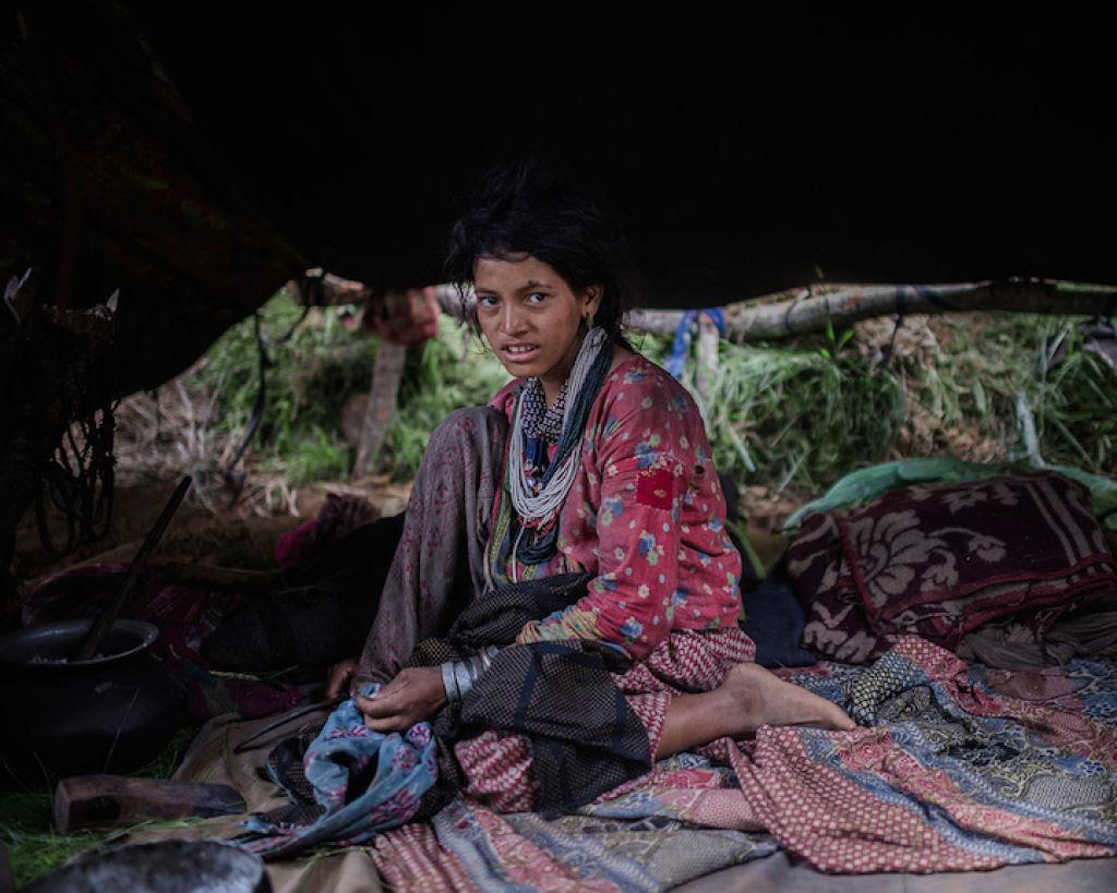 Fotógrafo documenta os últimos caçadores-coletores de tribo do Himalaia 13