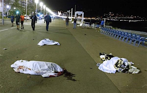 Mortos após um caminhão se chocar contra uma multidão em Nice, na França. Foto: Eric / Reuters.