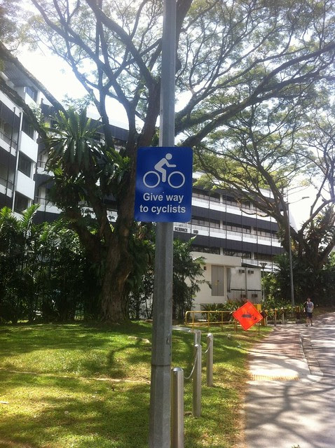 20130201-NUS-give way to cyclists