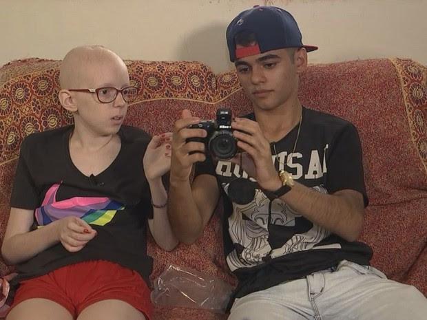 Lorena recebeu a visita do youtuber Léo  (Foto: Gabriel Torres/ TV TEM)