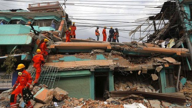Indian rescue personnel search for survivors in a Kathmandu building 26/05/2015