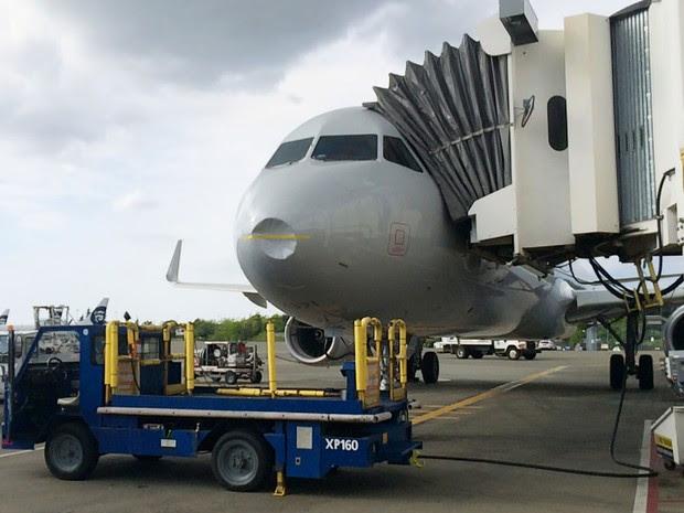 Avião da American Airlines que iria a Dallas é visto após retornar ao aeroporto de Seattle, depois que um pássaro se chocou com o nariz da aeronave, na quarta (27) (Foto: Port of Seattle via AP)
