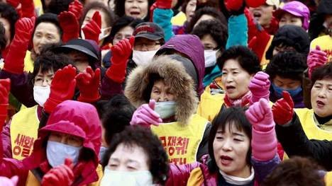 COREA DEL SUR. Miembros de la confederación de Sindicatos surcoreana gritan consignas durante una protesta en contra del abuso sexual en el trabajo. (EFE