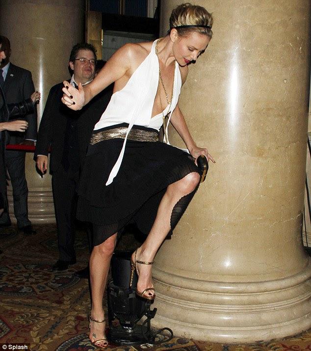 Opa!  Charlize Theron quase cai depois de tropeçar em uma lâmpada de estágio errônea no Gotham Independent Film Awards, em Nova York hoje à noite