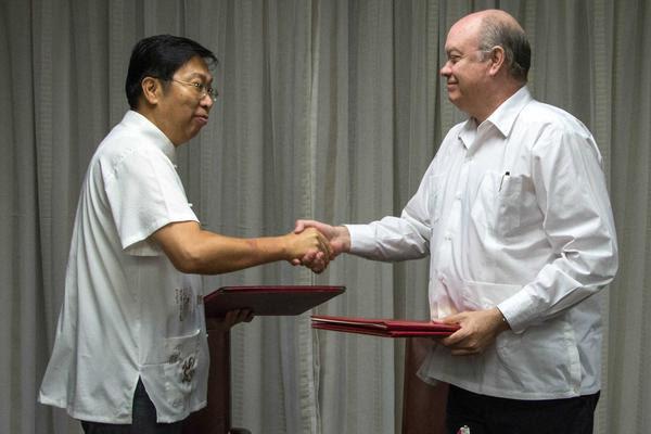 Chen Xi (I.), embajador de China en Cuba y Rodrigo Malmierca Díaz (D), ministro de Comercio Exterior y la Inversión Extranjera (MINCEX), durante la firma de cinco instrumentos jurídicos vinculados a las relaciones económicas y comerciales entre la República Popular China y la República de Cuba, en la sede del (MINCEX), en La Habana, el 25 de octubre de 2017. ACN FOTO/Abel PADRÓN PADILLA