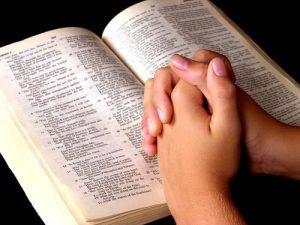 Biblia oração mãos