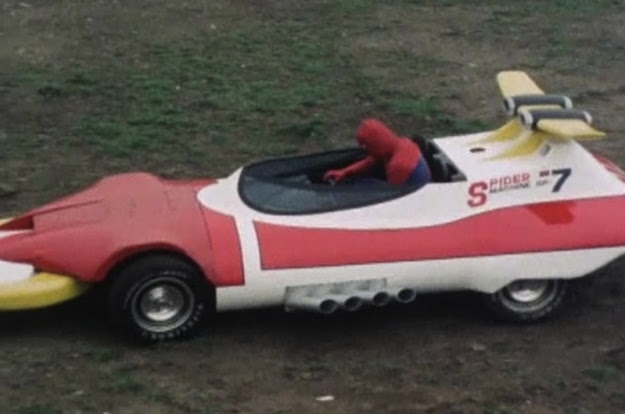 hombre araña en un auto