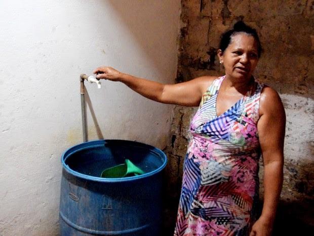 Josefa Bezerra mora em parte alta de bairro e água demora mais a chegar (Foto: Thyago Macedo / G1)