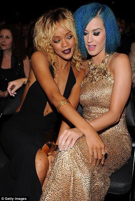 O que está acontecendo aqui, meninas?  Rihanna e Katy Perry olhar provocante um para o outro para as câmeras