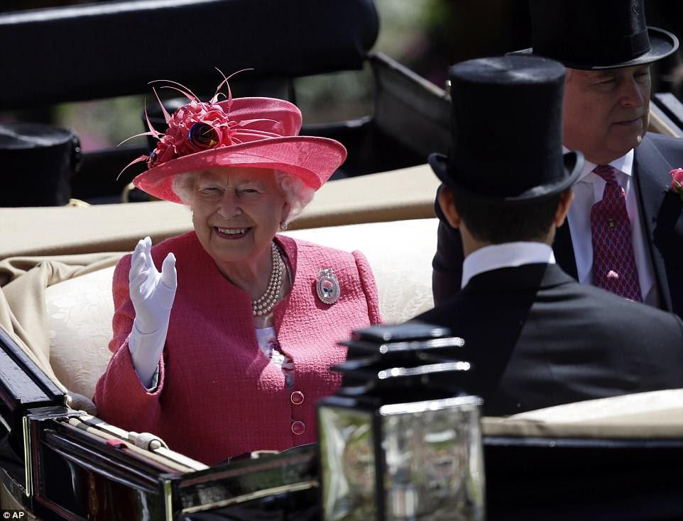 A rainha tirou todas as paradas para o Ladies 'Day, vestindo um casaco de tweed rosa vibrante e chapéu combinando enfeitado com penas, que ela juntou com um broche brilhante, colar de pérolas e um par de delicadas luvas brancas.