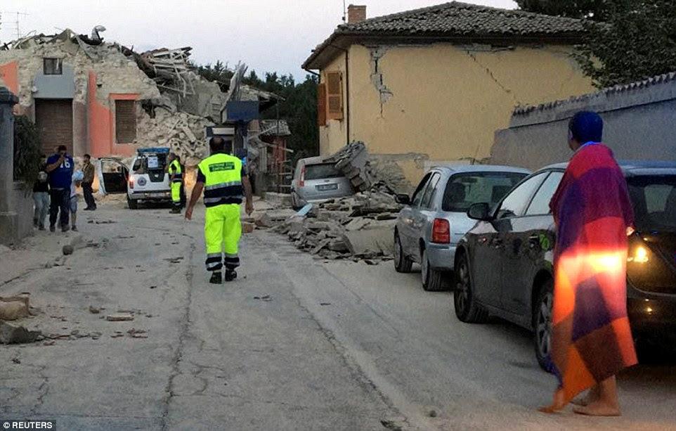 O terremoto destruiu edifícios e pessoas enterradas sob os escombros na pequena cidade de Amatrice (foto)