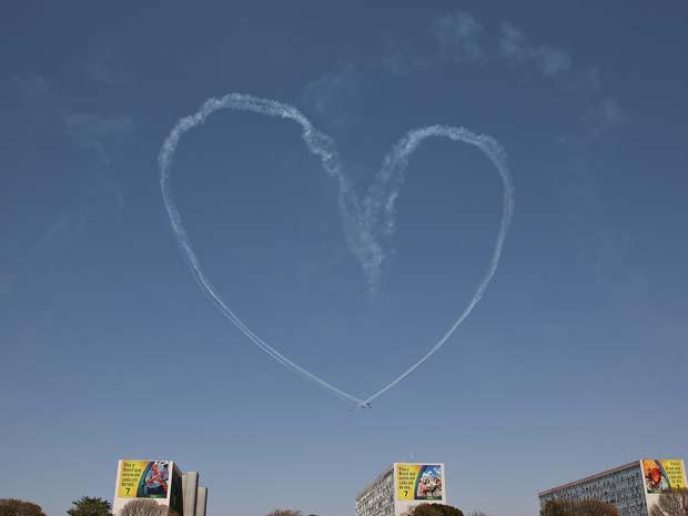 Esquadrilha da Fumaça faz coração no céu de Brasília