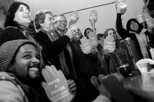 Momento previo a que se conocieran los resultados preliminares de la Corte Electoral sobre la consulta para convocar a un referéndum que anulara la Ley de Interrupción Voluntaria del Embarazo, ayer de noche, en la sede de Cotidiano Mujer en Montevideo./Foto: Pablo Vignali