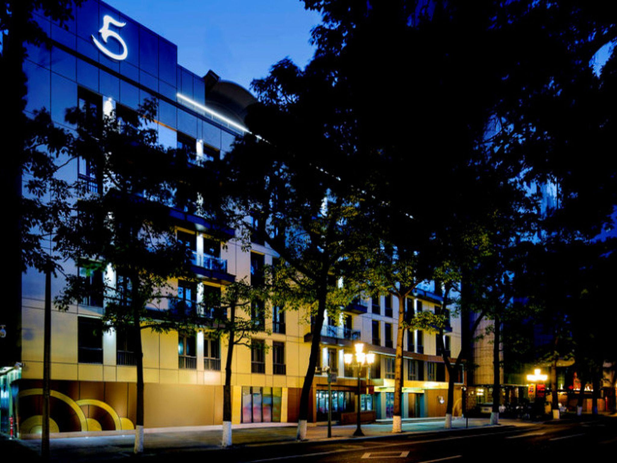 Review LN Hotel Five