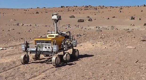 Primeiro teste do robô Brigdet sem instrumentos no solo do deserto do Atacama, no Chile (Foto:  YouTube/Reprodução/Aron Kisdi)