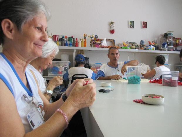 Alunos confecionam objetos na aula de oficina pedagógica (Foto: Anna Gabriela Ribeiro/G1)