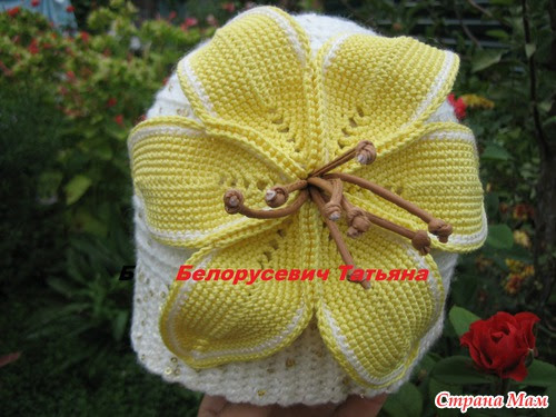 Knit hat with a lily