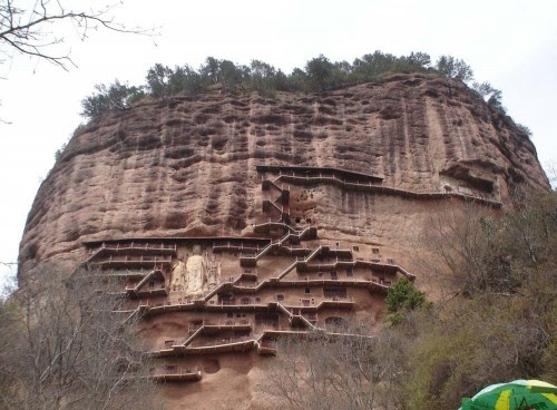 Escaleras que conducen y alrededor de las cuevas fueron originalmente hechas de madera, pero después fueron equipados con soportes metálicos, por motivos de seguridad.