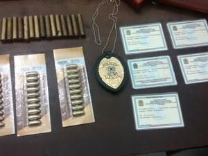 Policia apreendeu munição e a carteira falsa de Policial Civil em Petrolina (Foto: Paty Pinheiro/ TV Grande Rio)