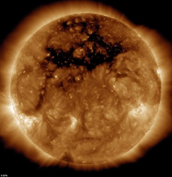 Hình ảnh Xuất hiện lỗ hổng lớn gấp 50 lần Trái Đất trên Mặt Trời số 1