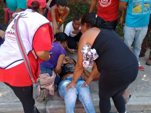 Edilma, do MTST, é amparada por integrantes do movimento após ter sido baleada (Foto: MTST/Arquivo pessoal)