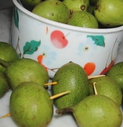 Сбор зеленых грецких орехов