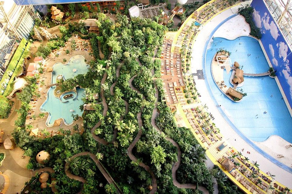 Aburrido de la playa?  Un spa, cascadas, jacuzzis y toboganes de agua son sólo algunos de los atractivos dentro de la percha viejo dirigible