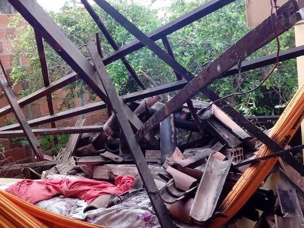 Tremor de terra derrubou parte de uma casa em Santana do Acaraú (Foto: Manoelzinho Canafístula)