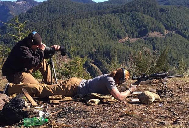 A americana durante treinamento para impedir a caça ilegal em reserva africana (Foto: Reprodução / Facebook)
