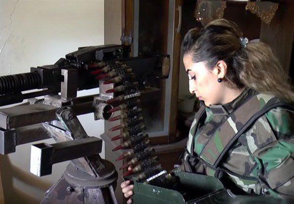 Syrienne d'Alep préparant sa mitrailleuse contre les