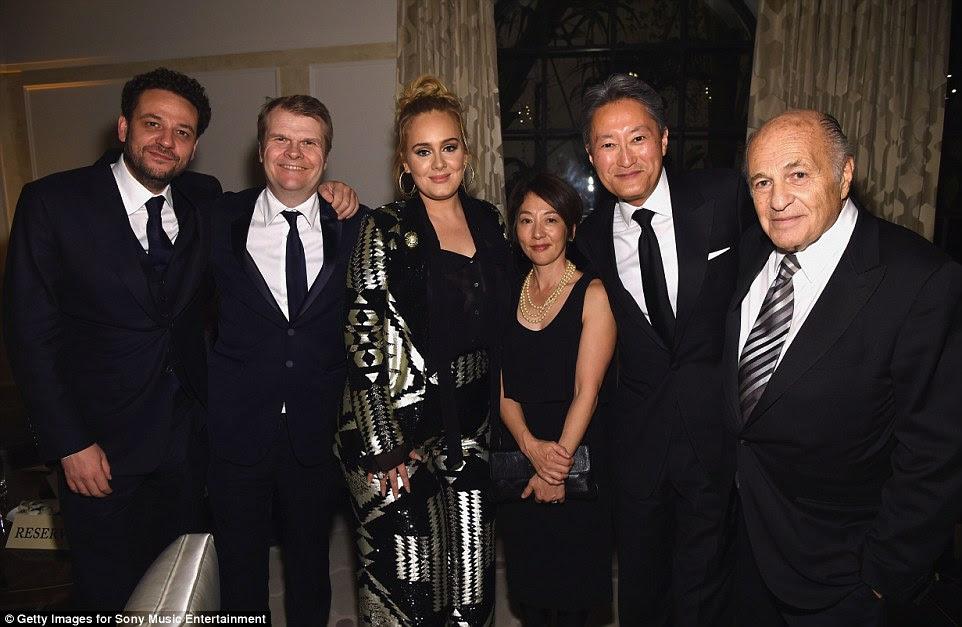 Mudando de novo?  Adele mudou de roupa mais uma vez como ela se dirigiu para a Sony festa após o evento