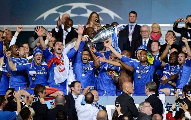 Jogadores do Chelsea erguem a taça (Foto: Reuters)