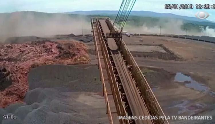 as cenas ainda é possível ver uma cortina de poeira que sobe com o estouro da estrutura - Foto: Reprodução | TV Bandeirantes