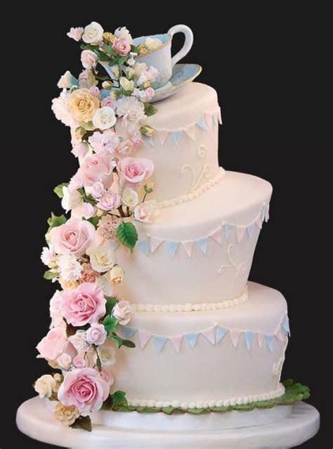 20 Creative Topsy Turvy Wedding Cake Ideas   Weddingomania