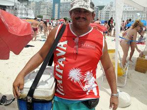 Ambulante espera faturar o dobro nas areias de Copacabana durante o réveillon (Foto: Roberto De Martin/G1)